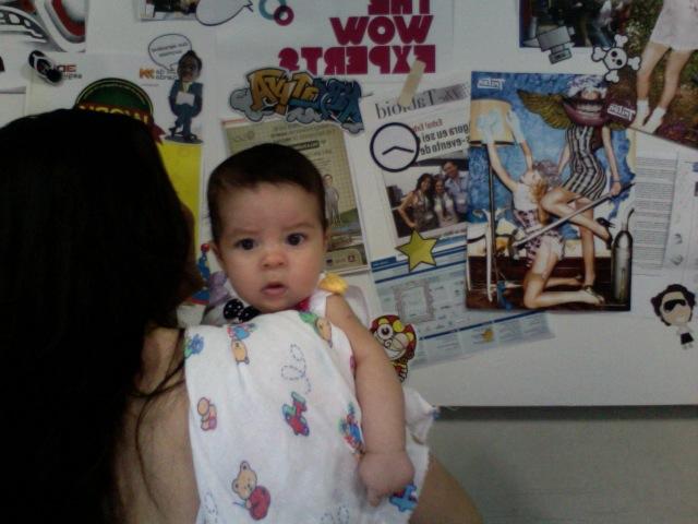Camila no colo da mamãe Raquel Bacelar