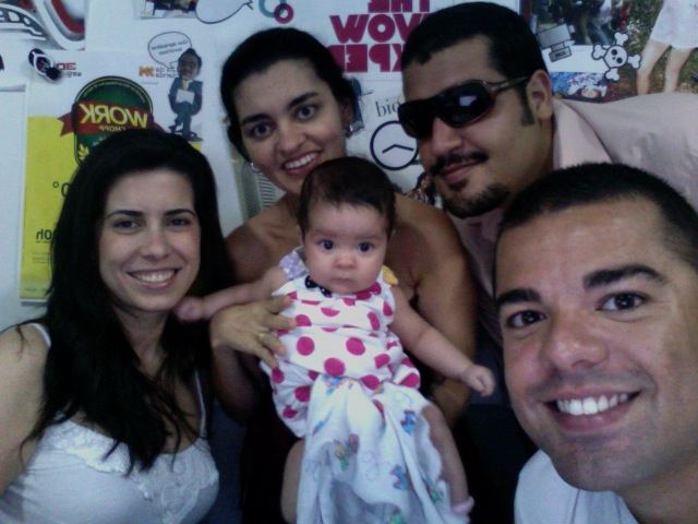 Aline Brault, Raquel Bacelar, Victor Fernandes e Cezar Rêgo, todos venerando a pequena Camila