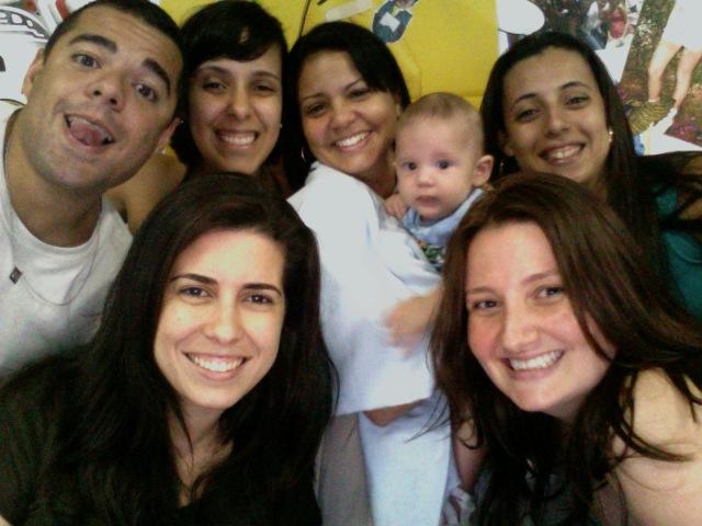 Cézar Rêgo (tentando uma gracinha), Dandara Almeida, Carolina Santana (segurando Pedro), Lílian Garrido, Aline Brault e a mamãe Raquel Manfredi