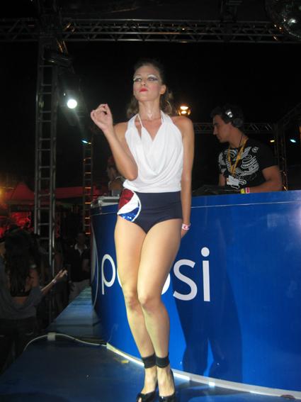 Dançarina Pepsi comandando a galera na boate do camarote