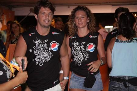 Mário Frias chegando com a epsosa pra curtir o Camarote Pepsi Gold