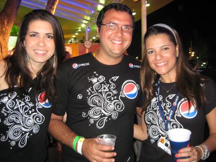 Aline Brault, Davi Gomes e Aline Lasza comemoram o sucesso do Camarote Pepsi