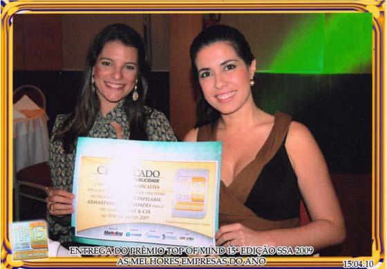 As sócias Aline Lasza e Aline Brault mostram o certificado conseguido em parceria com a Papel & Cia