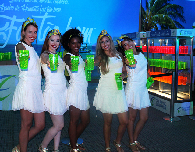11-Promotoras com os copos do Shopping da Bahia